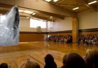 Patiesi iespaidīga vaļa hologramma skolas sporta zālē VIDEO