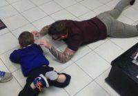 Frizieris šim puisītim apgrieza matus, guļot uz grīdas. Un, lūk, kāpēc! FOTO