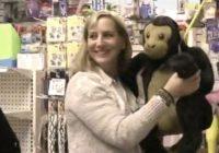 Sieviete izpirka rotaļlietu veikalu- labdarības dēļ! FOTO
