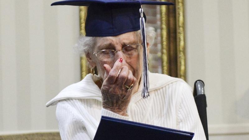 Sirmgalve saņem diplomu