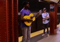 Muzikants spēlēja savu ģitāru metro stacijā, kad notika kaut kas skaists VIDEO