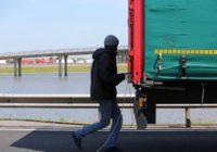 Vācu tālbraucējs atradis neparastu veidu, kā pasargāt savu auto no bēgļiem. VIDEO