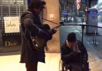 """Bezpajumtnieks kopā ar ielu muzikantu izpilda """"Summertime"""" un iekaro internetu! VIDEO"""