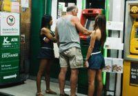 Nejaušs foto Taizemē, vai kā cilvēki izņem naudu no bankomātiem dažādās valstīs! FOTO