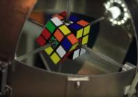 Robots saliek Rubika kubu mazāk kā sekundes laikā VIDEO