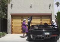 Divas vecmāmiņas iesēdās dārgā Lamborghini. Jūs tik paskatieties, kas notika brauciena beigās! VIDEO