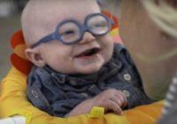 Aizkustinoši – Mazulis pirmo reizi dzīvē skaidri redz savu mammu VIDEO