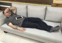 Ģenerāldirektors iemiga darba laikā. Padotie nolēma nedaudz pajokoties… FOTO