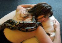 Šī meitene mīlēja gulēt ar pitonu. Drīz čūska sāka novājēt. Iemesls liek nodrebēt! FOTO