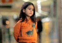 Šokējoši! Nabadzīga vai labi ģērba: kā atkarībā no tā mainās cilvēku attieksme pret pamestu bērnu? FOTO/ VIDEO