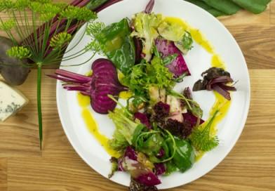 Ļoti veselīgi salāti no jaunajām bietītēm un Rokforas siera