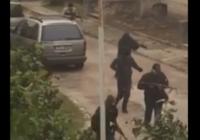 Aculiecinieki: Salaspilī bruņoti cilvēki maskās sarīko apšaudi VIDEO