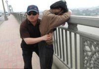 """Viņš velta savu dzīvi patrulēšanai uz """"pašnāvnieku tilta"""" un ir izglābis 321 cilvēku! FOTO"""