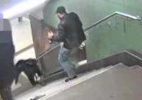 Garīgi slims vīrietis Berlīnes metro nogrūž sievieti pa kāpnēm VIDEO