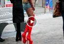 Kas izskatās kā pīle uz ledus? Meitenes, kuras neprot staigās uz augstpapēžu kurpēm! VIDEO