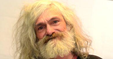 Frizētavas īpašnieks ielūdza bezpajumtnieku uz savu salonu. Ieraugot sevi spogulī, viņš apraudājās! FOTO/ VIDEO