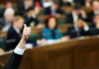 Asprātīgs priekšvēlēšanu stāsts par politiķiem un viņu nebeidzamajiem solījumiem