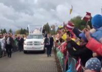 VIDEO: Pāvests Aglonā vada misi, sasveicinās ar iedzīvotājiem
