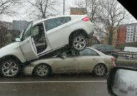"""FOTO: Neparasta avārija Lubānas ielā – BMW """"aste gaisā""""!"""