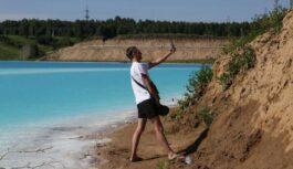 """Maldivu salas Sibīrijas stilā: krievi līksmi pašbildējas pie ķīmiski saindēta """"smaragda ezera"""" (FOTO)"""