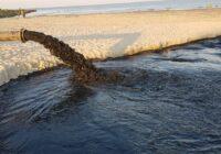 Engures pludmalē atpūtniekus pārsteidz satraucošs skats: no caurules jūrā ietek melns šķidrums