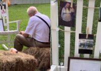 Aizkustinoši līdz asarām: vectēvs ietur mazmeitas kāzu maltīti fotogrāfijas priekšā