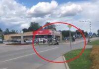 VIDEO: Motociklists Jēkabpilī uz pārejas notriec gājēju
