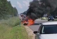 VIDEO: Uz Siguldas šosejas virzienā uz Rīgu nodeg auto