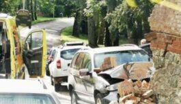 FOTO, VIDEO: Kuldīgā BMW ietriecas mājas sienā, ir cietušie