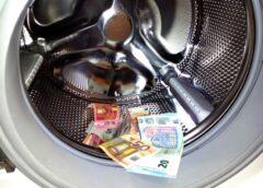 """""""New York Times"""": Miegainajā Rīgā bankas slaucīja pirkstu nospiedumus no netīras naudas"""