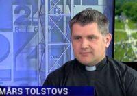 VIDEO: Katoļu priesteris jūt pieaugošu naida runu pret baznīcu