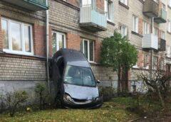 FOTO: Iļģuciemā auto uzrāpies kokā!