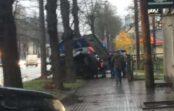 """VIDEO: Kurioza avārija – """"Audi"""" Brīvības ielā iekaras ceļazīmēs"""