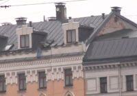 """VIDEO: Rīgas centrā """"šovu"""" sarīko uz jumta uzkāpis vīrietis"""