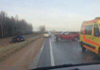 FOTO, VIDEO: Tumsa un sliktie braukšanas apstākļi pie vainas daudzām avārijām