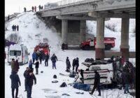 VIDEO: Baisa avārija Krievijā – autobusam nokrītot no tilta, 19 bojāgājušie