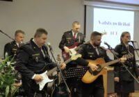 """VIDEO: Policisti svētkos uzdzied """"Zibsnī zvaigznes aiz Daugavas"""""""