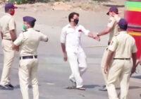VIDEO: Ja citādi nesaprot… Indijā policisti ar nūjām māca ievērot Covid-19 aizliegumus