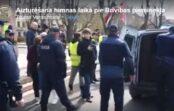"""VIDEO: Piketā pret Covid-19 ierobežojumiem aizturēti """"Tautas varas frontes"""" dalībnieki"""