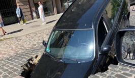 """FOTO, VIDEO: Ģertrūdes ielā """"uz deguna"""" iebrūk auto"""