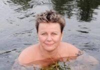 FOTO: Linda Mūrniece peldas pa pliko, vāc vīgriežu tēju un vēro krupju dzīvi