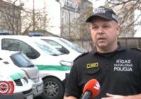 VIDEO: Uz ģimenes strīdu izsaukti policisti atrod piekautu bērnu