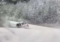 VIDEO: Kādam ziemas prieki beidzas ar kūleni grāvī