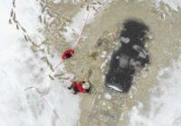 FOTO: Baltezerā krietni tālu no krasta ielūzis un nogrimis auto