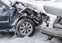 VIDEO: BMW vadītājs sadauza taksometru un aizbēg; citas ķibeles izraisa slidenie ceļi