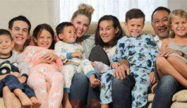 FOTO: Piecu bērnu vecāki adoptē septiņus bāreņus – brāļus un māsas
